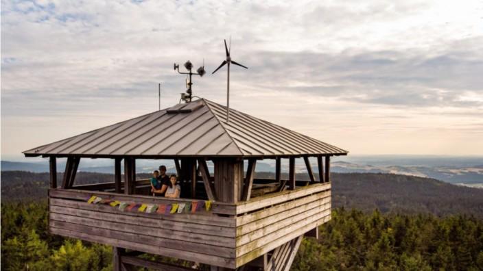 Tourismus in Bayern: Der Oberpfalzturm, der auf der 946 Meter hohen Platte steht, bietet einen weiten Blick in das Fichtelgebirge und den Oberpfälzer Wald.