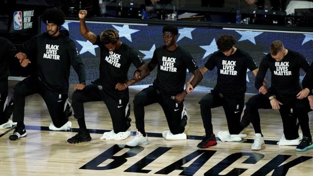 NBA: Spieler der Brooklyn Nets knien vor einem Spiel nieder