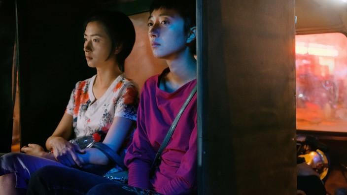 """Chinesischer Thriller im Kino: Teil eines verwirrenden Plans: Die Ehefrau des Gangsters (Regina Wan) und die Prostituierte (Gwei Lun-Mei, vorne) in """"Der See der wilden Gänse""""."""