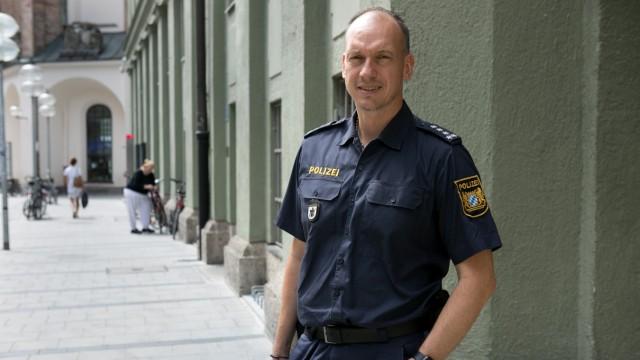 Werner Kraus, Polizeisprecher fotografiert in und vor der Pressesteller der Polizei in der Augustinerstraße.
