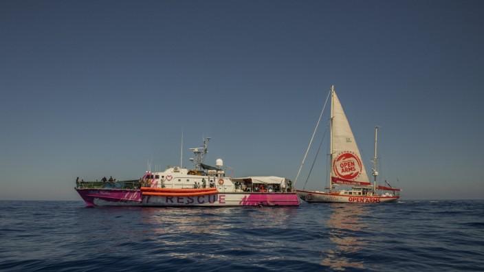 Seenotrettung: Die Louise Michel, gut erkennbar an ihrer rosa Farbe, und dahinter die Astral, das Bild wurde am Freitag aufgenommen.