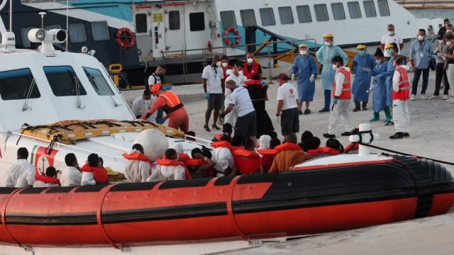 Seenotrettung: Ein italienisches Patrouillenschiff hat 32 Frauen, 13 Kinder und vier Männer an Bord genommen und nach Lampedusa gebracht.