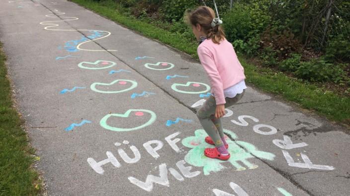 München: Wege neu nutzen: Gerade den Kindern, die unter dem Corona-Lockdown besonders litten, will man mit den Sommerstraßen neue Freiräume schaffen.