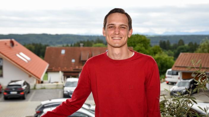 Neues Berufsbild: Freund und Helfer: Der Ickinger Dominik Dokoupil hat seine Freude daran, Senioren zu helfen, zum Beruf gemacht.