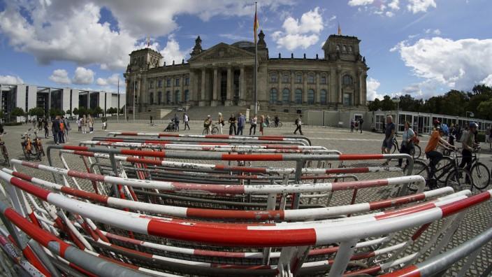 Sicherheit öffentlicher Gebäude: Absperrgitter vor dem Reichstagsgebäude. Künftig soll der Bundestag durch einen Graben gesichert werden.