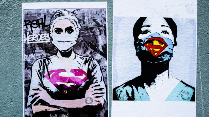 News Bilder des Tages FRANCE - STREET ART IN HOMAGE OF MEDICAL STAFF IN PARIS Street art posters in homage to the medic