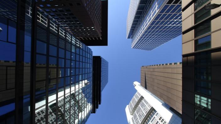 Bankentürme und Bürohochhäuser des Bankenviertels in der Neue Mainzer Straße in Frankfurt aus der Froschperspektive gese