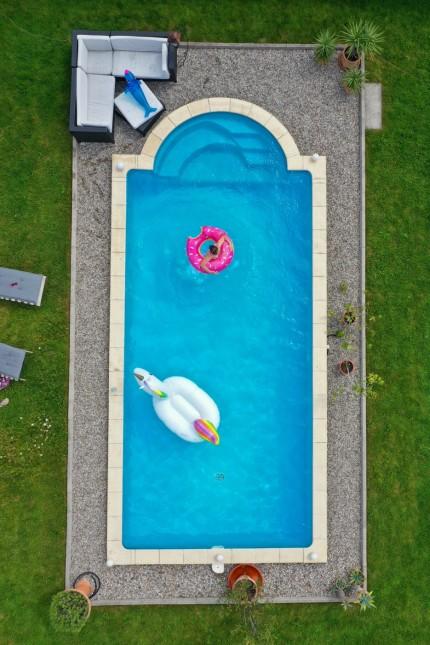 26.06.2020, Trend in der Corona-Pandemie: Der eigene Swimmingpool im Garten sorgt im Sommer für Erfrischung wenn die Fr