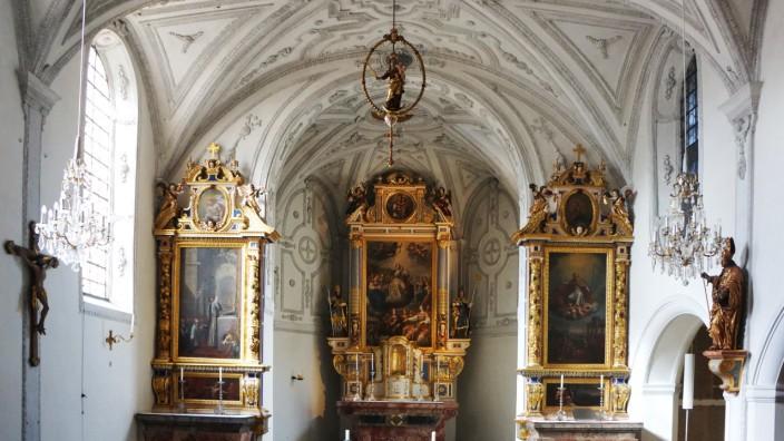 St. Sylvester in München Schwabing Der ab 1663 barockisierte Innenraum der alten Kirche St. Ursula nach Westen.
