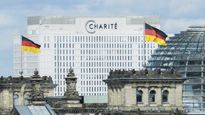 Charité en Berlín, en primer plano el Reichstag