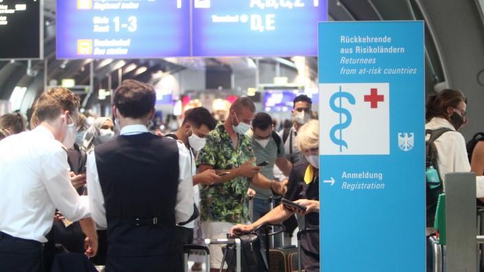 News Bilder des Tages Großer Andrang von Reiserückkehrern und Einreisende an einem Covid-19 Testzentrum von Centogene im