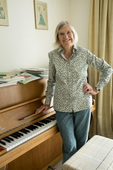 Marianne Wennas, Leiterin des schwedisches Chores in München in ihrer Wohnung in der Heiterwangerstraße 40 am Klavier.