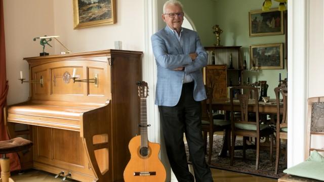 Andreas Schiller, der eine inzwischen von der Regierung von Oberbayern genehmigte und von der Stadt München übernommene Jazz-Stiftung gegründet hat,  in seiner Wohnung in der Widenmayerstr. 7.
