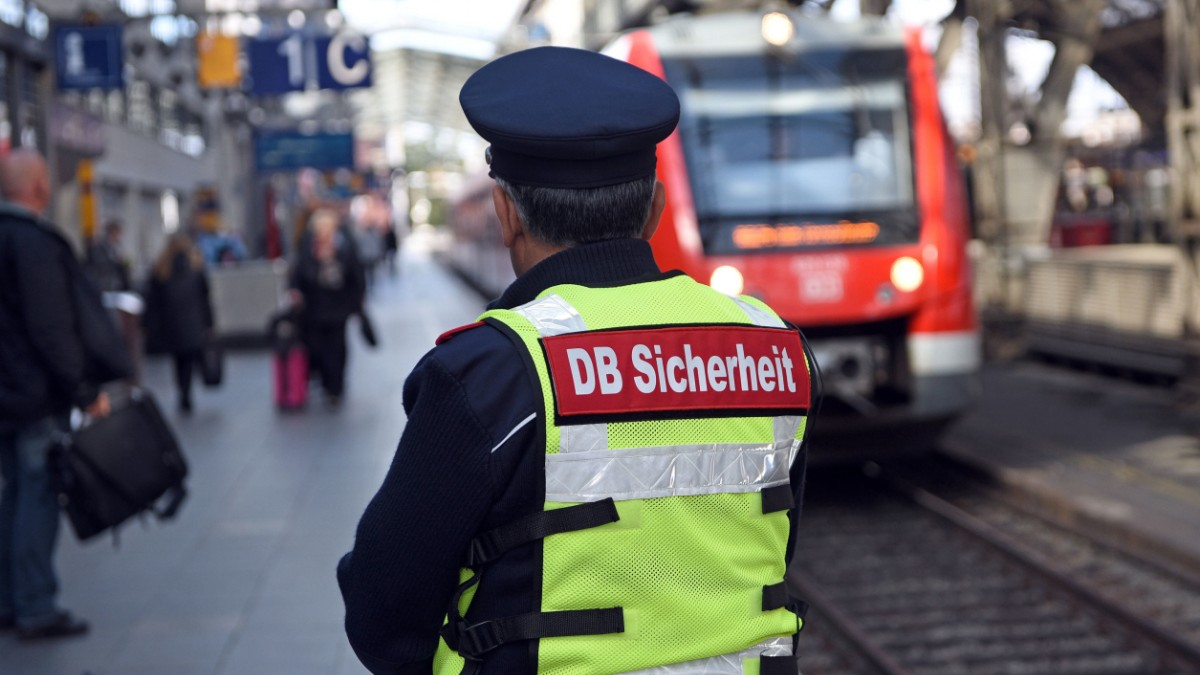 Hamburg: Mann schlägt Zugbegleiterin blutig