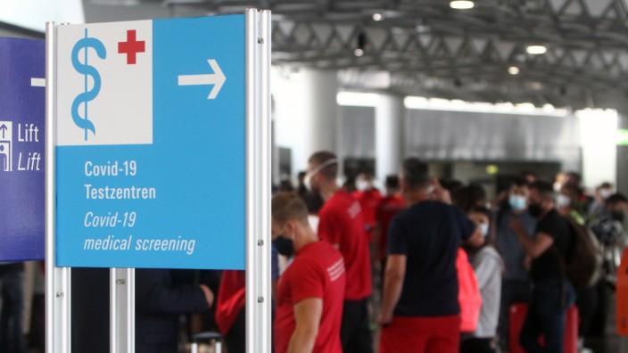 Reiserückkehrer und Einreisende aus Risikogebieten registrieren sich für einen Coronatest an einem Covid-19 Testzentrum