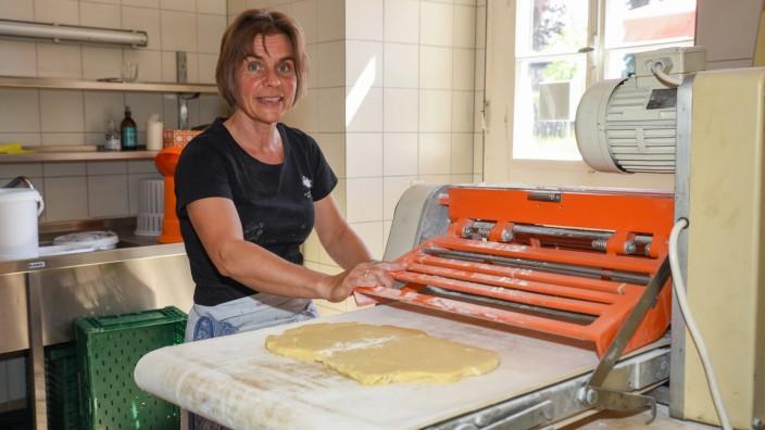 SZ-Serie Klostergeister: Einmal Teig rollen bitte – mit der großen Maschine geht's leichter. Konditorin Barbara Bauer backt in der Klosterküche.