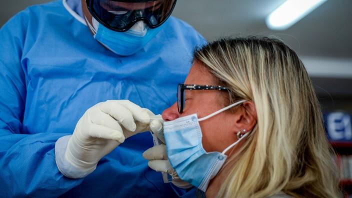 PCR-Tests mit Rachen- und Nasenabstrich gegen die Ausbreitung des neuartigen Coronavirus (Covid-19) im Rathaus von Korop