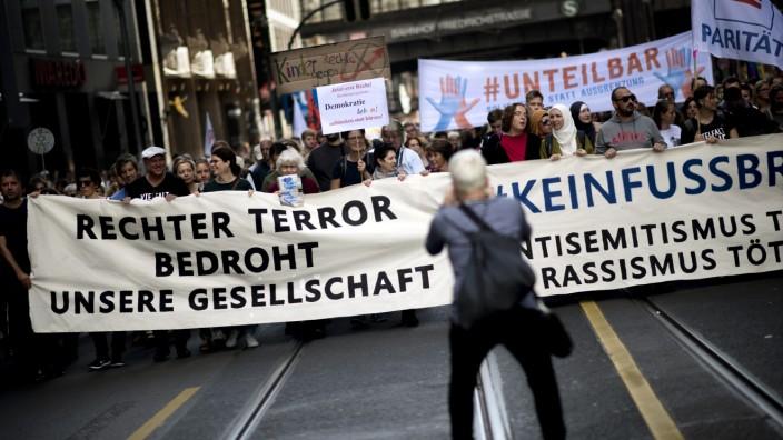unteilbar Demo against anti-Semitism DEU, Deutschland, Germany, Berlin, 13.10.2019 Demonstrant mit Transparent Rechter