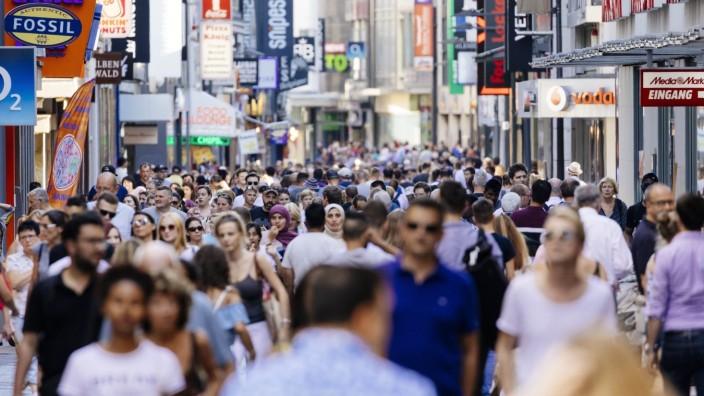 Passanten auf der Hohe Straße. Köln, 25.07.2019 *** Passers-by on Hohe Straße Cologne, 25 07 2019 Foto:xC.xHardtx/xFutu