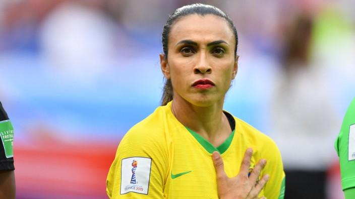 Marta Brasilien 10 bei Nationalhymne schaut in die Kamera 23 06 2019 Le Havre Frankreich Fu; Marta Brasilien Frauenfußball