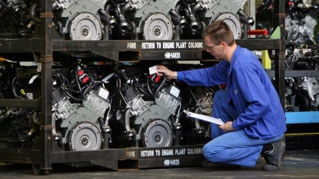 Autoindustrie: Versand-Kontrolle der 4-Liter-V6-Motoren im Fordwerk Köln-Niehl