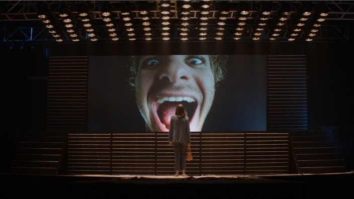 "Filmfestspiele Venedig: Mephistopheles auf dem Display: Maya Hawkes und Andrew Garfield in Gia Coppolas ""Mainstream""."