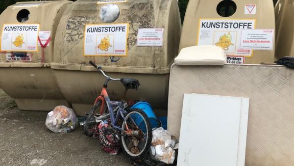 Maria-Eich-Straße / Wendehammer verdreckte Wertstoffinsel