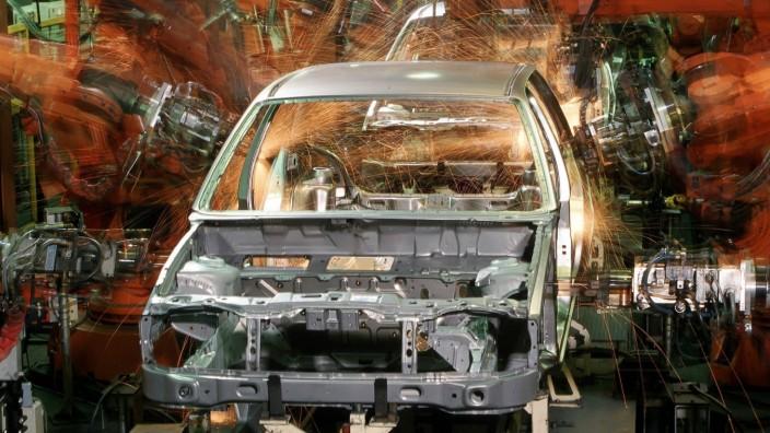 Roboter schweißen die Karosserie eines Ford Fiestas während der Fertigung im Fordwerk Köln-Niehl