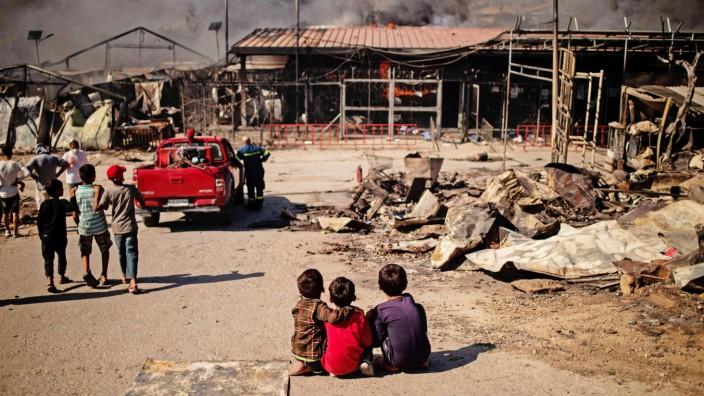 Moria: Kinder sitzen vor dem abgebrannten Flüchtlingslager