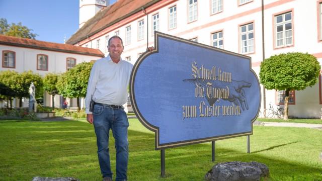 Serie Klostergeister: ... und Johann Sgoff (von links) wechseln sich im Kloster Beuerberg ab.