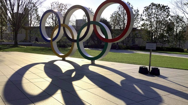 Olympische Ringe in der Strassen von Tokio. Olympic Monument at 2020 Tokyo Olympic Stadium am 18.03.2020. Ein dunkler S; Olympia, Ringe, Schatten