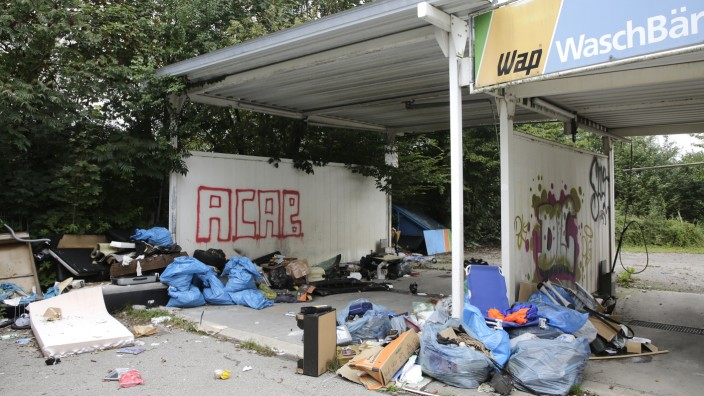 """An der Angerstraße in Freising: Müll und alte Möbel stapeln sich an dieser Waschanlage. """"Wer hier hinfährt, hat die Kontrolle über sein Leben verloren"""", meint ein Internetuser."""
