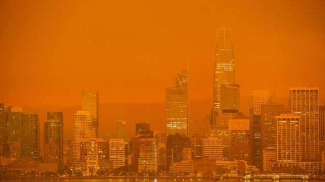 Brände in den USA: Rot und Orange: In San Francisco ist das Ausmaß der Brände schon beim Blick in den Himmel zu sehen.