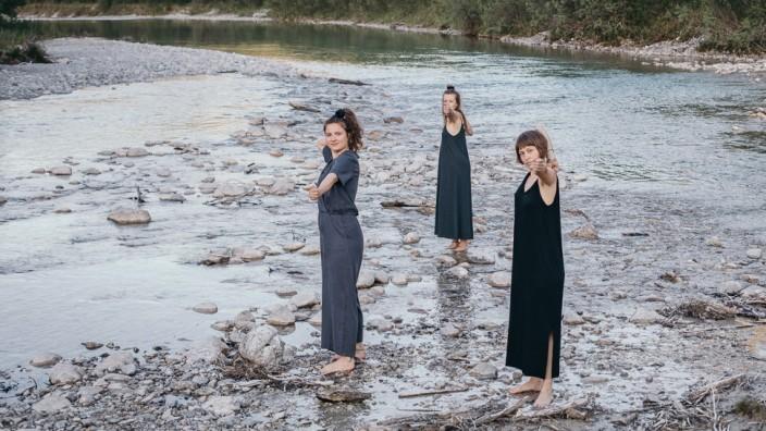 """Magazin """"Amazonen"""": """"Amazonen"""" heißt das Frauenmagazin von Nina Andre (links) und Lena Augustin (Mitte). Magdalena Neumeier (rechts) unterstützt sie."""