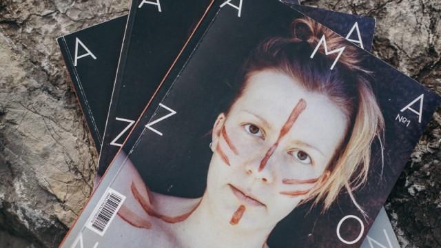 """Magazin """"Amazonen"""": Innerhalb von acht Wochen interviewte und fotografierte Lena Augustin für ihr Amazonen-Magazin verschiedenste Frauen, suchte Autorinnen, gestaltete die Typografie, wählte das Papier aus. Nun liegt das eindrucksvolle Ergebnis vor."""