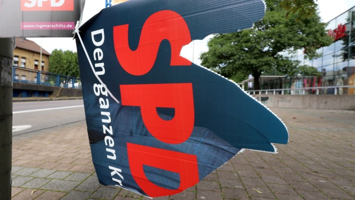 Zerstoertes Wahlplakat in der Innenstadt zur Kommunahlwahl am 13. September 2020, Logo der SPD auf einem Wahlplakat Wah