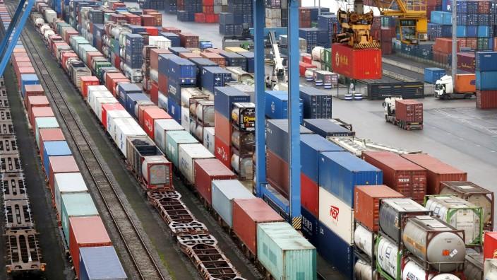 Zug aus China im Containerterminal im Hafen Duisburg