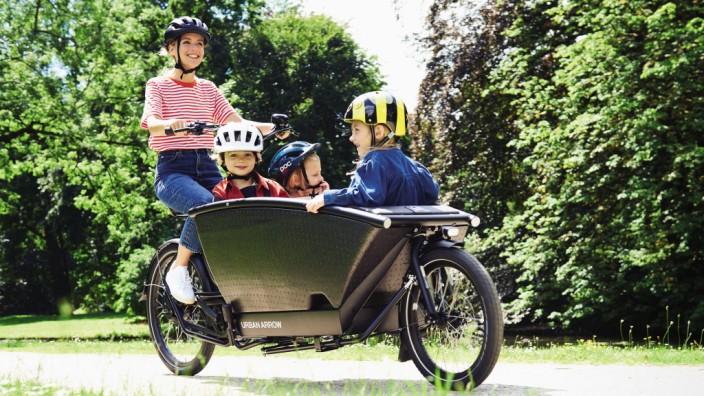 SZ-Serie Lastenräder im Familientest: In das Lastenrad Urban Arrow Family passen zwei Sitzbänke für Kinder.