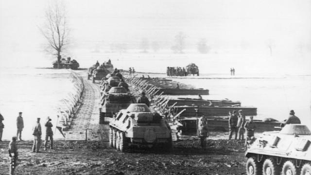 Einheiten der NVA bei einem Manöver an der Neiße, 1981