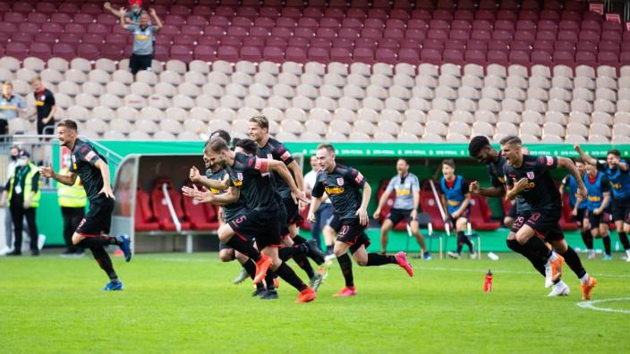 13.09.2020, Fussball, GER, DFB Pokal, 2020/2021, 1. Runde, 1. FC Kaiserslautern - SSV Jahn Regensburg Jubel beim SSV Ja