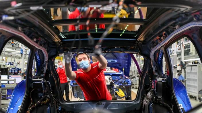Arbeitsmarkt: Ein Mitarbeiter von Porsche während der Corona-Pandemie im Montagewerk Leipzig