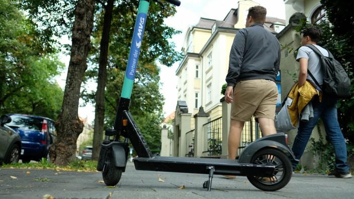 Überall in Münchenversperren achtlos abgestellte E-Scooter Bürgersteige, Einfahrten und Hauseingänge.