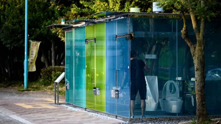 Toiletten in Japan: Wenn alles gut geht, müssten sich gleich die Glaswände dieser neuen Design-Toiletten in einem Park in Japan eintrüben - sobald der Benutzer die Tür verriegelt.