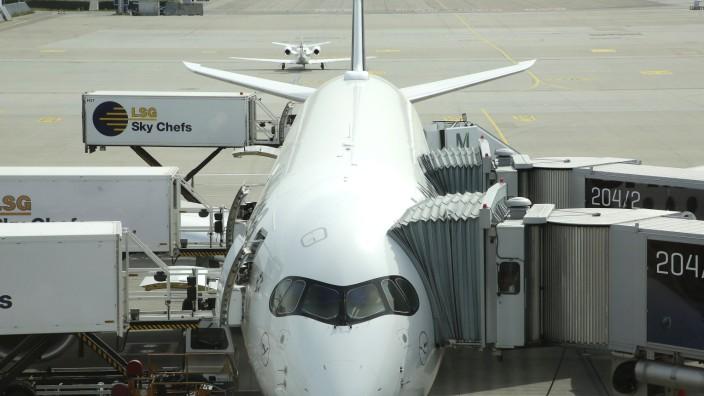 Flugzeug auf dem Rollfeld am Flughafen München, 2020
