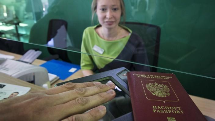 AKTUELLES ZEITGESCHEHEN Visumbeantragung für die EU in Moskau MOSCOW RUSSIA SEPTEMBER 14 2015 Ta
