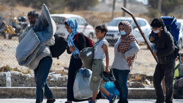 Nach Brand in Moria: Nach dem Feuer leben Zehntausende auf den Straßen von Lesbos, diese Familie ist auf dem Weg in ein neues Behelfslager.