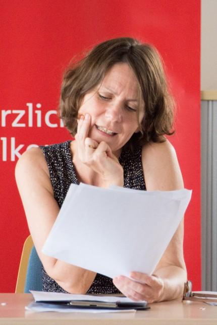 VHS Vaterstetten Literaturwettbewerb für den Nachwuchs Autorin Jiliane Breinl (Jurorin) liest die Siegergeschichten VHS-Leiter Hermut Ertel