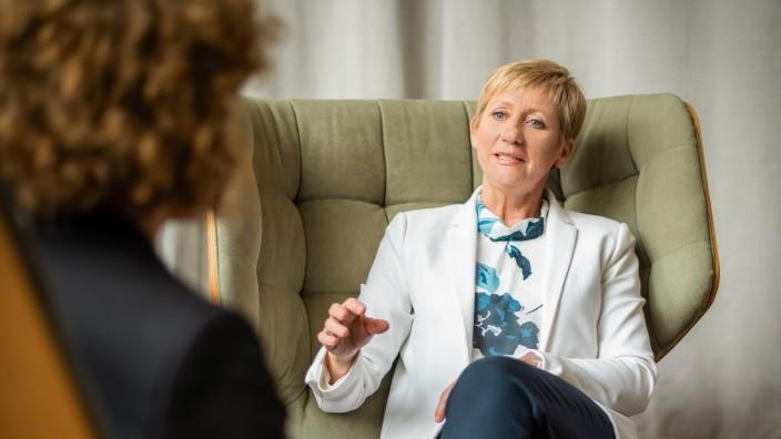 Eichenau: Antje Müller-Kruft berät einzelne Kunden, aber im Auftrag von Unternehmen auch größere Mitarbeiter-Gruppen. Wer bei ihr genau hinsieht, der bemerkt, dass sie Punkte wie Augenkontakt und Gestik verinnerlicht hat.