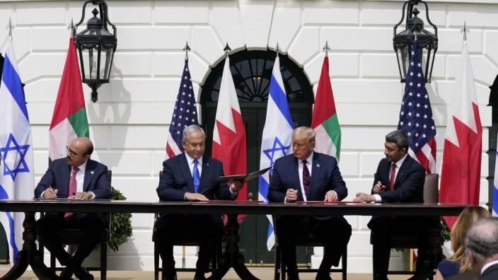 Washington: Bei der Unterzeichnung im Garten des Weißen Hauses (von links): Bahrains Außenminister Abdullatif al-Sajani, Israels Premier Benjamin Netanjahu, US-Präsident Donald Trump und VAE-Außenminister Abdullah bin Sajid.