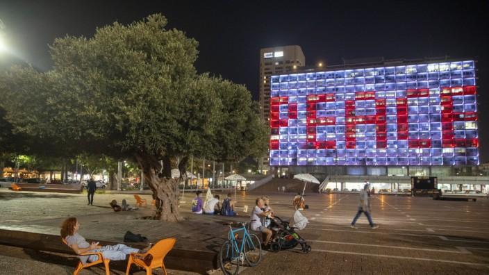 """Naher Osten: Am Rathaus von Tel Aviv leuchtet am Tag der Vertragsunterzeichnung das Wort """"Frieden"""" auf Hebräisch, Arabisch und Englisch."""